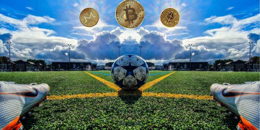 Jugador de fútbol enfrentado a un balón y 3 criptomonedas: bitcoin, ethereum y monero, expresando que es posible apostar en las mejores casas de apuestas deportivas bitcoin ahora mismo