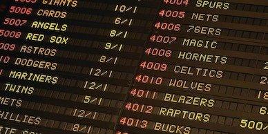 Mesa negra que muestra muchas probabilidades diferentes en muchos juegos diferentes que representan la ventaja de las casas de apuestas.